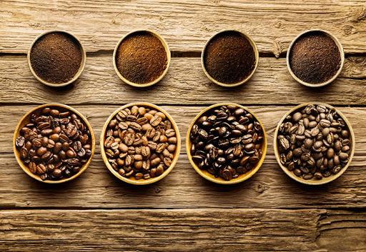 Granos de café sobre una mesa