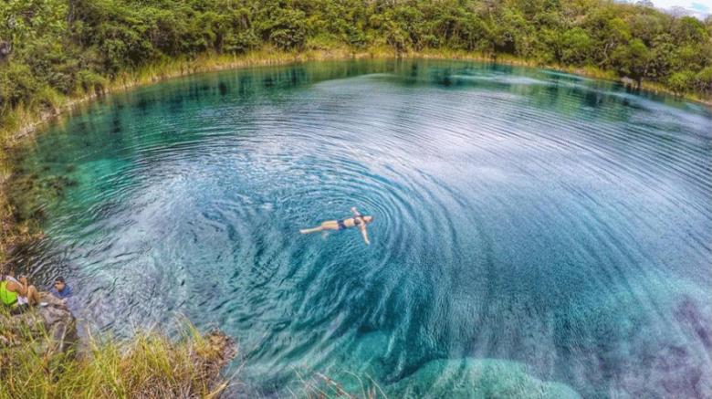 Vista de una laguna cristalina en guatemala