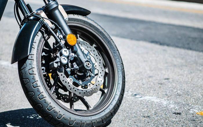 Conoce cómo puedes cambiar los neumáticos de una motocicleta