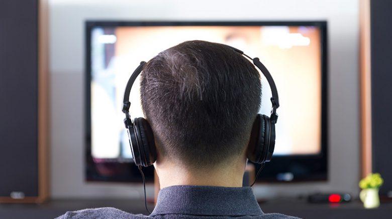 Conoce cómo puedes escuchar la televisión con audífonos
