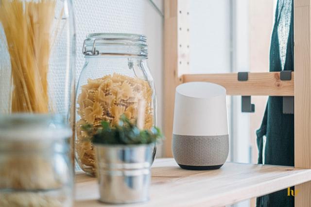 Descubre qué asistente de voz elegir, Google Home contra Amazon Echo