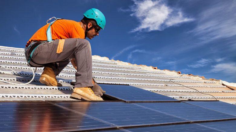 ingeniero trabajando en sector energético