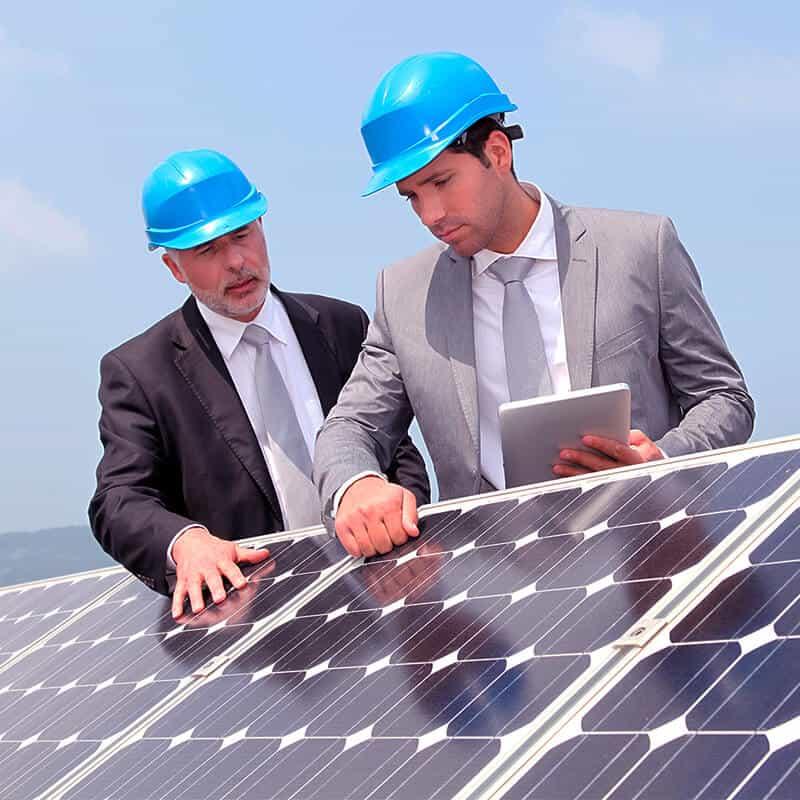 ingenieros trabajando en energía solar