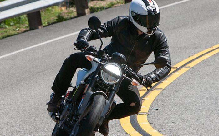 Descubre cómo manejar por curvas ciegas montando motocicleta