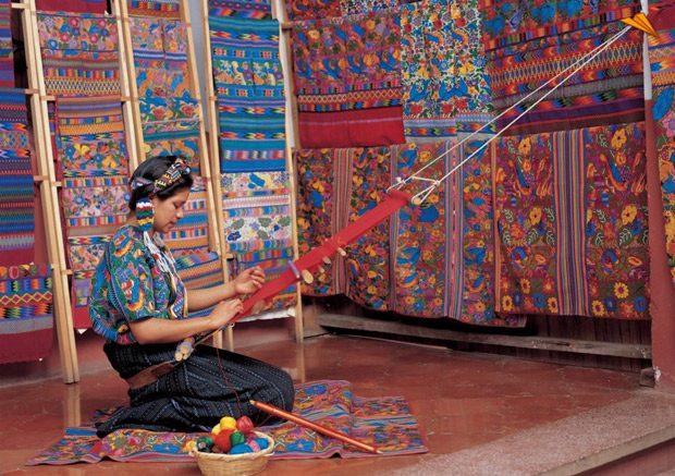 mujer tejiendo en guatemala