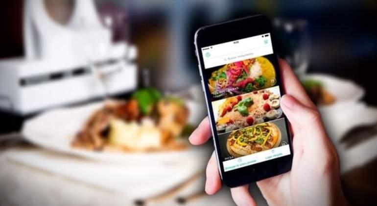 pidiendo comida a domicilio desde un celular