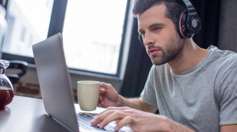 Hombre escuchando música con audífonos