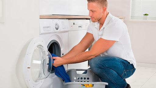 Hombre usando lavadora