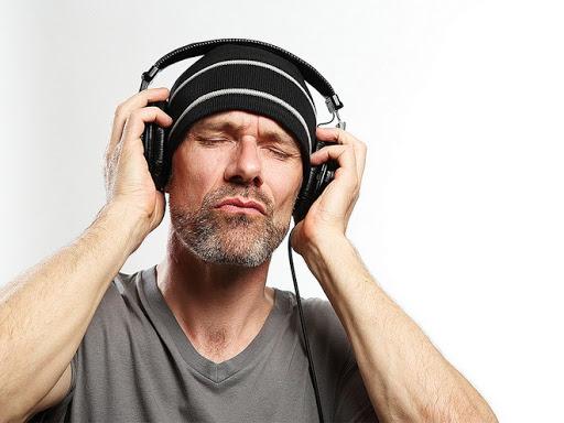 hombre con audífonos de diadema