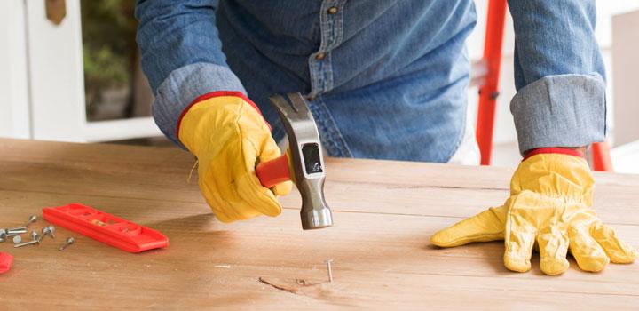Hombre usando herramientas