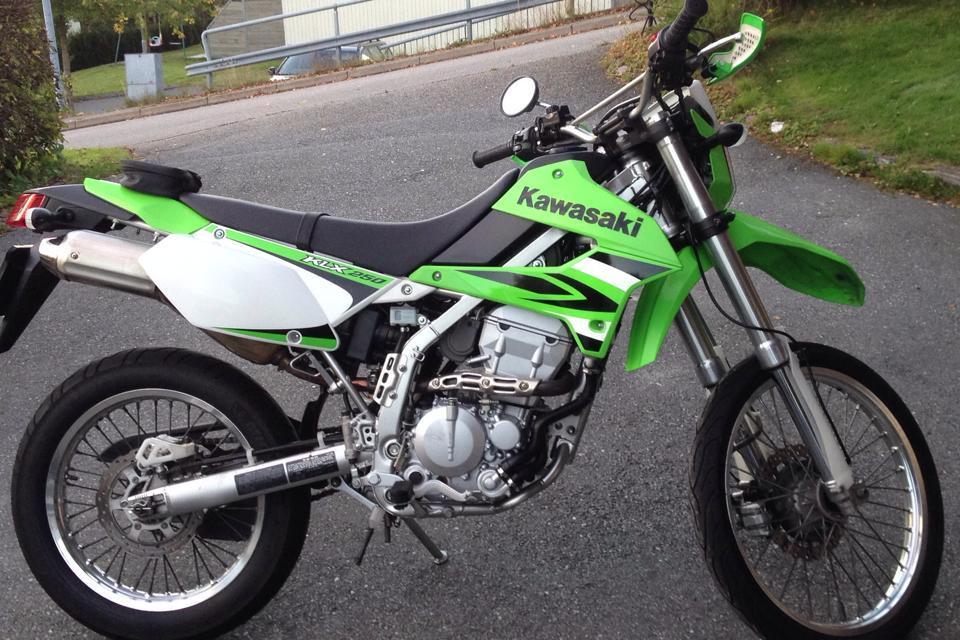 moto kawasaki verde estacionada