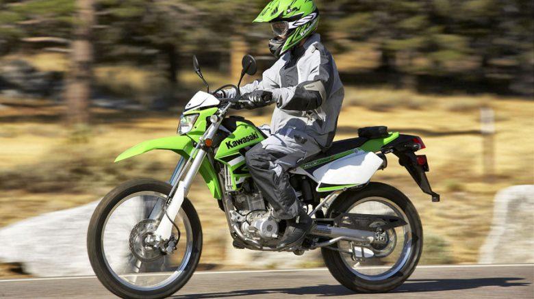 motociclista con moto kawasaki