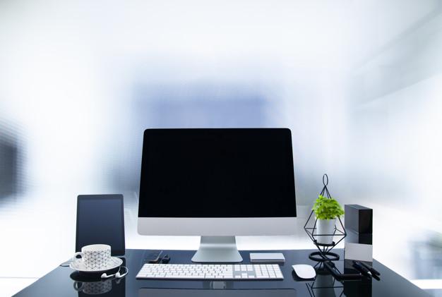 computadora moderna sobre escritorio