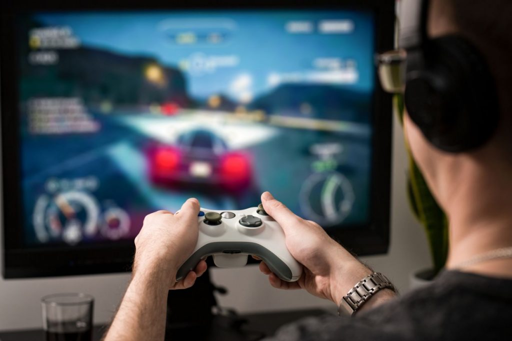 Persona jugando PlayStation 5