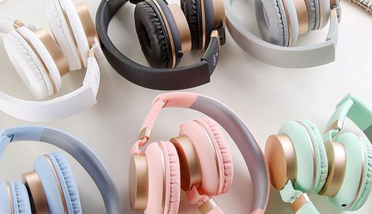mejores audífonos de colores sobre fondo blanco