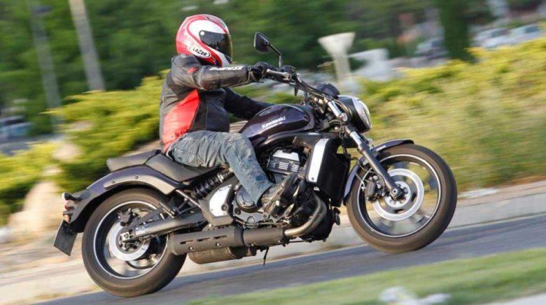 motociclista en moto kawasaki vulcan