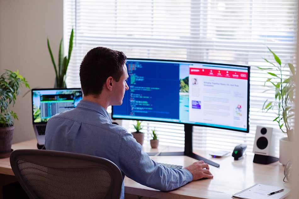 Persona usando monitor