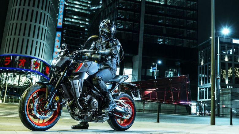 motociclista sobre una moto Yamaha MT 09