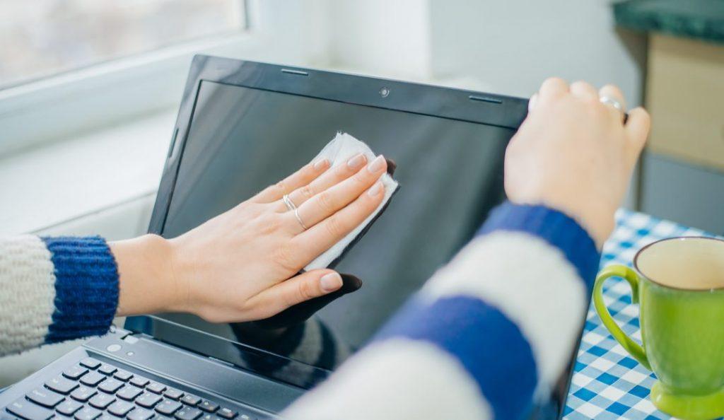Limpiar-la-pantalla-de-la-computadora-1080x627