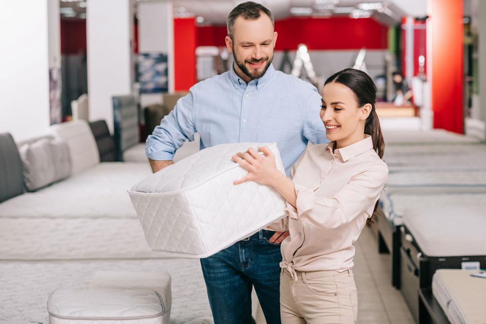 Mujer eligiendo tipo de cama
