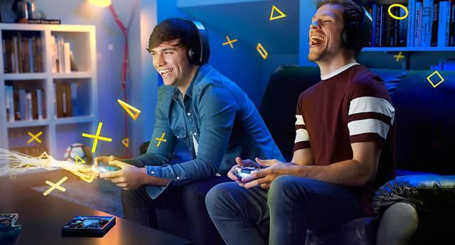 Hombres jugando play station 4