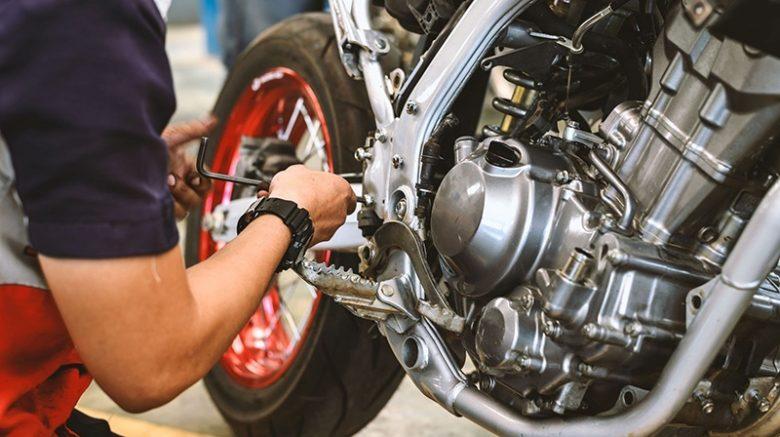 persona dando mantenimiento a su moto