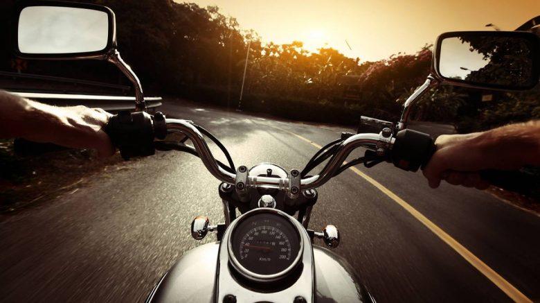 persona manejando en moto sobre carretera