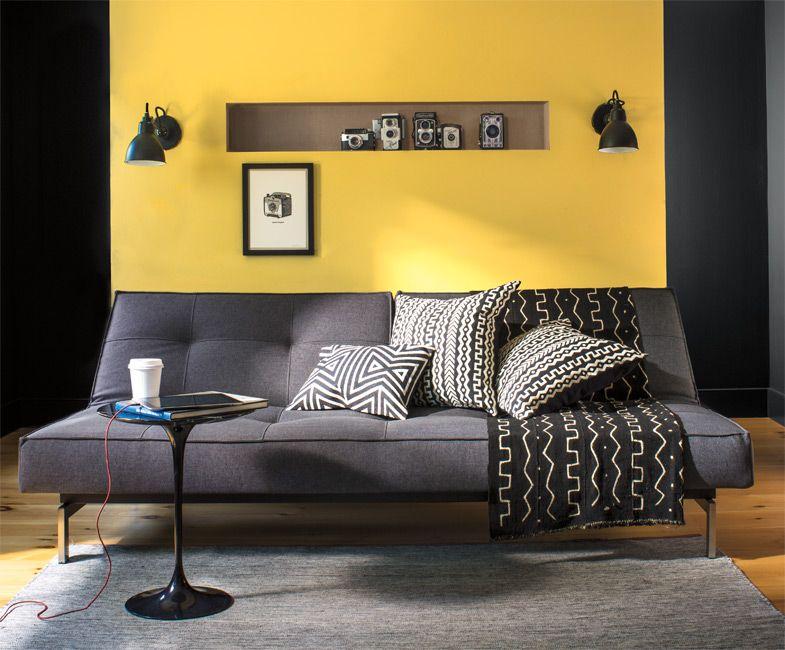 sala de estar amarilla con tonos grises