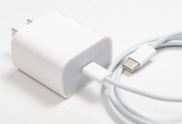 cargador de celular en fondo blanco