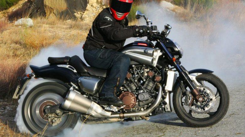 hombre sobre moto Yamaha VMax