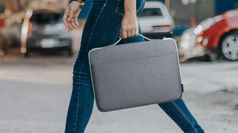 mujer caminando con laptop